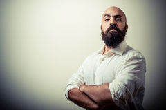 Длинний человек бороды и усика с белой рубашкой стоковые изображения rf