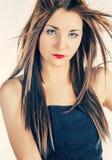 Длинное с волосами белокурое смотрящ вас Стоковая Фотография