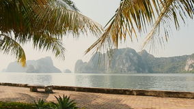 Длинной Ha прогулки города с пальмами Утесы и горы Северный Вьетнам видеоматериал