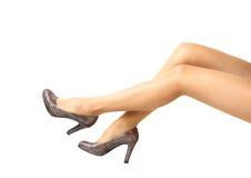 Длинные милые ноги женщины на белой предпосылке Стоковые Фото