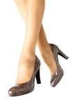 Длинные милые ноги женщины на белой предпосылке Стоковые Фотографии RF