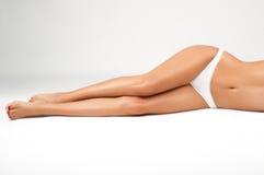Длинные ноги женщины изолированные на белизне Депиляция Стоковые Фото