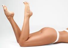 Длинные ноги женщины изолированные на белизне Депиляция Стоковые Изображения