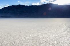 Длинные трассировки Moving камней в озере i Playa беговой дорожки старом высушенном Стоковое Изображение