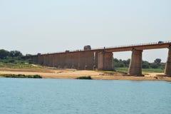 Длинный мост эстакады на chambal реке Индии стоковое фото
