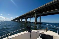 Длинный мост Tampa Bay от шлюпки Стоковое фото RF