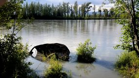 Длинный покинутый корабль в реке Стоковое Изображение