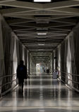 Длинный проход коридора прихожей на ноче стоковые изображения rf