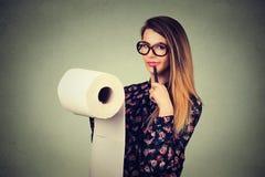 Длинный список вещей, который нужно сделать Женщина в стеклах писать вниз идеи Привлекательное задумчивое планирование девушки Стоковое Изображение