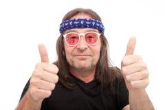 Длинный человек волос показывая 2 большого пальца руки вверх Стоковая Фотография