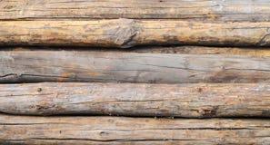 Длинными старыми деревянными конец-вверх сложенный журналами горизонтально Стоковая Фотография RF