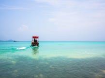 Длинн-замкнутая шлюпка возглавляя вне к морю Стоковая Фотография