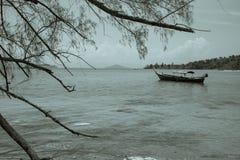 Длинн-замкнутая шлюпка в море Стоковая Фотография RF