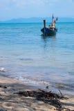 Длинн-замкнутая шлюпка в море Стоковое Изображение RF