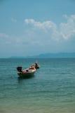 Длинн-замкнутая шлюпка в море Стоковые Фотографии RF
