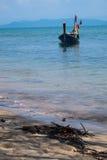 Длинн-замкнутая шлюпка в море Стоковые Изображения