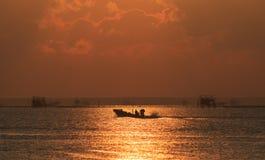 Длинн-замкнутая шлюпка в море Стоковое Изображение