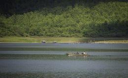 Длинн-замкнутая шлюпка в озере Стоковая Фотография