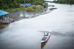 Длинн-замкнутая шлюпка в реке на Kanjanaburi Стоковая Фотография