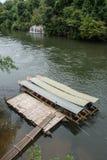 Длинн-замкнутая шлюпка в реке Kwai Принятый на водопад Sai Yok Yai Таиланд Стоковое Изображение RF