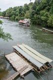 Длинн-замкнутая шлюпка в реке Kwai Принятый на водопад Sai Yok Yai Таиланд Стоковое Изображение