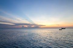 Длинн-замкнутая шлюпка и заход солнца на море, Koh Phangan, Surat Thani, tha Стоковая Фотография
