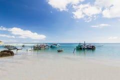 Длинн-замкнутая шлюпка и небо пляжа и голубых на Koh Phangan, Sur Стоковая Фотография RF