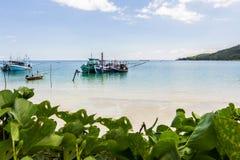 Длинн-замкнутая шлюпка и небо пляжа и голубых на Koh Phangan, Sur Стоковые Фотографии RF