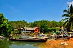 Длинн-замкнутая шлюпка на лесе мангровы Стоковая Фотография RF