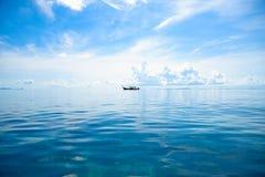 Длинн-замкнутая шлюпка на море Стоковое Изображение