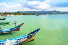 Длинн-замкнутая шлюпка на пляже и голубом небе в Таиланде Стоковые Фото
