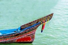 Длинн-замкнутая шлюпка на пляже и голубом небе в Таиланде Стоковые Изображения