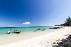 Длинн-замкнутая шлюпка на пляже и голубом небе на Koh Phangan, Sura Стоковая Фотография RF