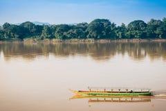 Длинн-замкнутая шлюпка на реке на сельской местности Chiang Kan Таиланде Стоковые Изображения RF