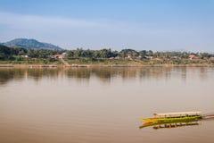 Длинн-замкнутая шлюпка на реке на сельской местности Chiang Kan Таиланде Стоковые Изображения