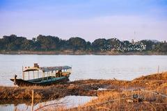 Длинн-замкнутая шлюпка на реке на сельской местности Chiang Kan Таиланде Стоковые Фото