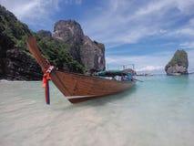 Длинн-замкнутая шлюпка на тропическом острове Стоковое Изображение
