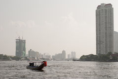 Длинн-замкнутая шлюпка на Chao Реке Phraya, Бангкоке, Таиланде Стоковое фото RF