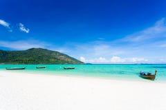 Длинн-замкнутая шлюпка на Koh LIPE пляжа Bundhaya Стоковая Фотография
