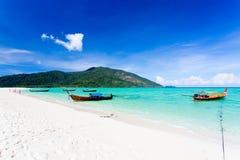 Длинн-замкнутая шлюпка на Koh LIPE пляжа Bundhaya Стоковое фото RF