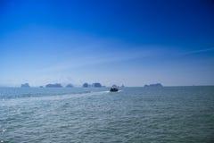 Длинн-замкнутая шлюпка на koh yao noi пляжа Стоковая Фотография RF
