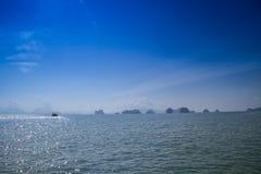 Длинн-замкнутая шлюпка на koh yao noi пляжа Стоковое Изображение RF