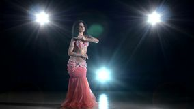 Длинн-с волосами девушка исполнительницы танца живота танцуя экзотический танец сток-видео