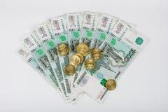 Для вентилятора банкнот одно тысячный из русских рублей пук 10-русских монеток Стоковая Фотография RF