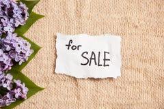 Для продажи, на винтажной предпосылке с цветками Стоковая Фотография RF