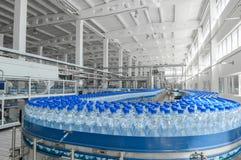 Для продукции пластмассы разливает фабрику по бутылкам Стоковое фото RF