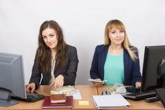 Для работника стола офиса работая с деньгами Стоковое Фото