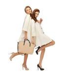 2 девочка-подростка в белых пальто с сумкой Стоковые Изображения RF
