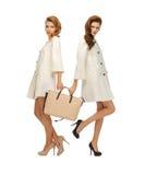 2 девочка-подростка в белых пальто с сумкой Стоковая Фотография RF