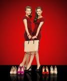 2 девочка-подростка в красных платьях с сумкой Стоковое Изображение